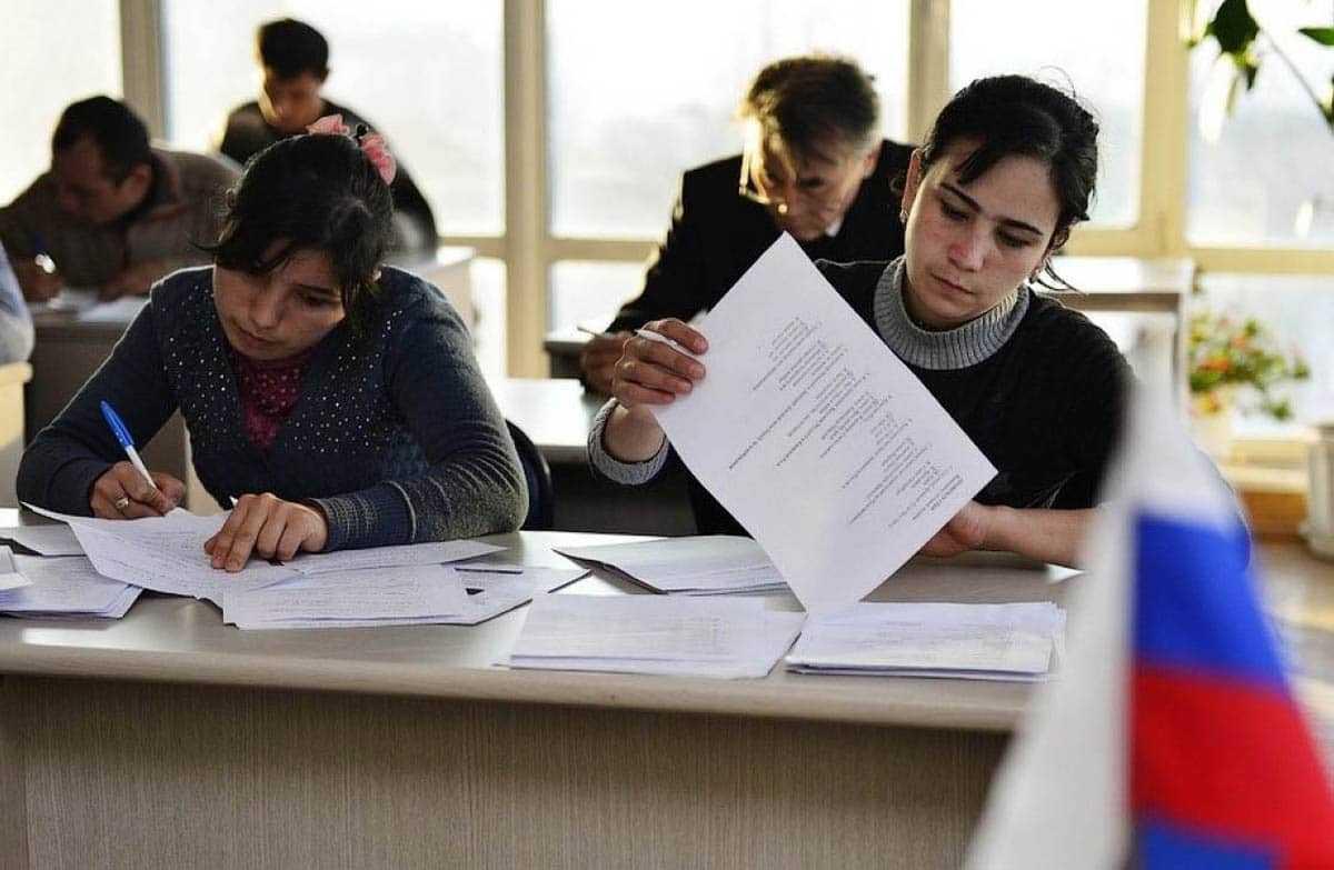 фото иностранцев на экзамене по внж