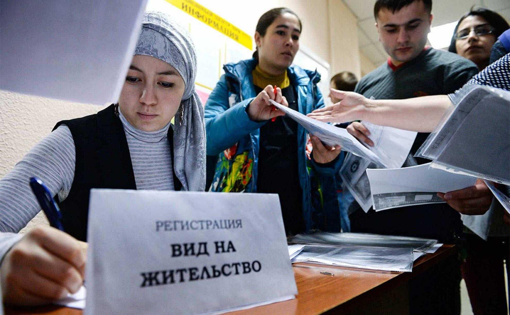 Мигрантам, которые не выехали из России из-за пандемии, предложили выдать вид на жительство