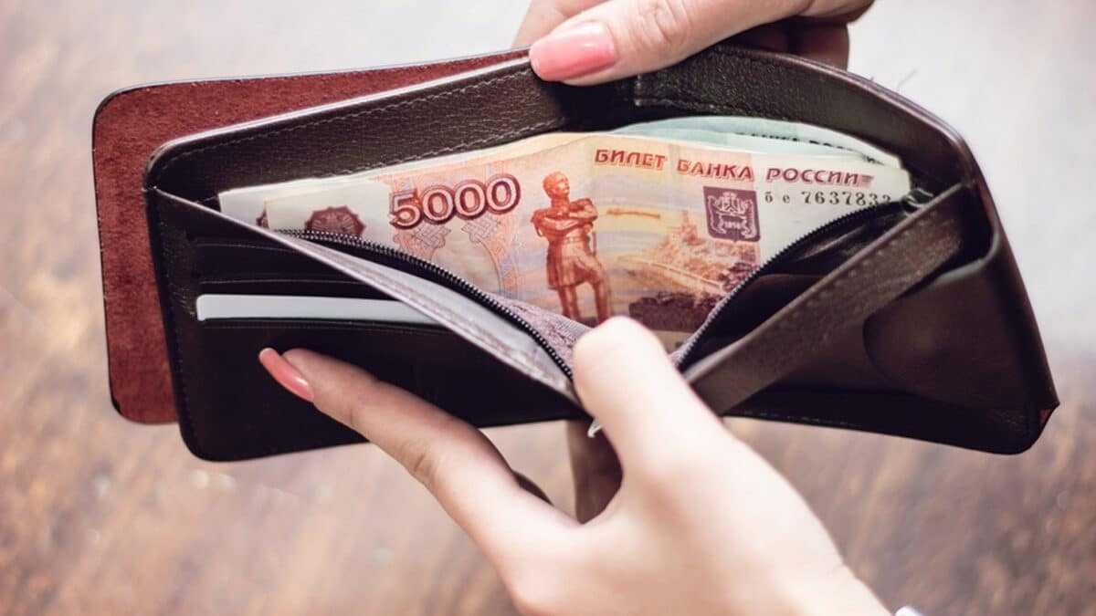 Фото денег в кошельке