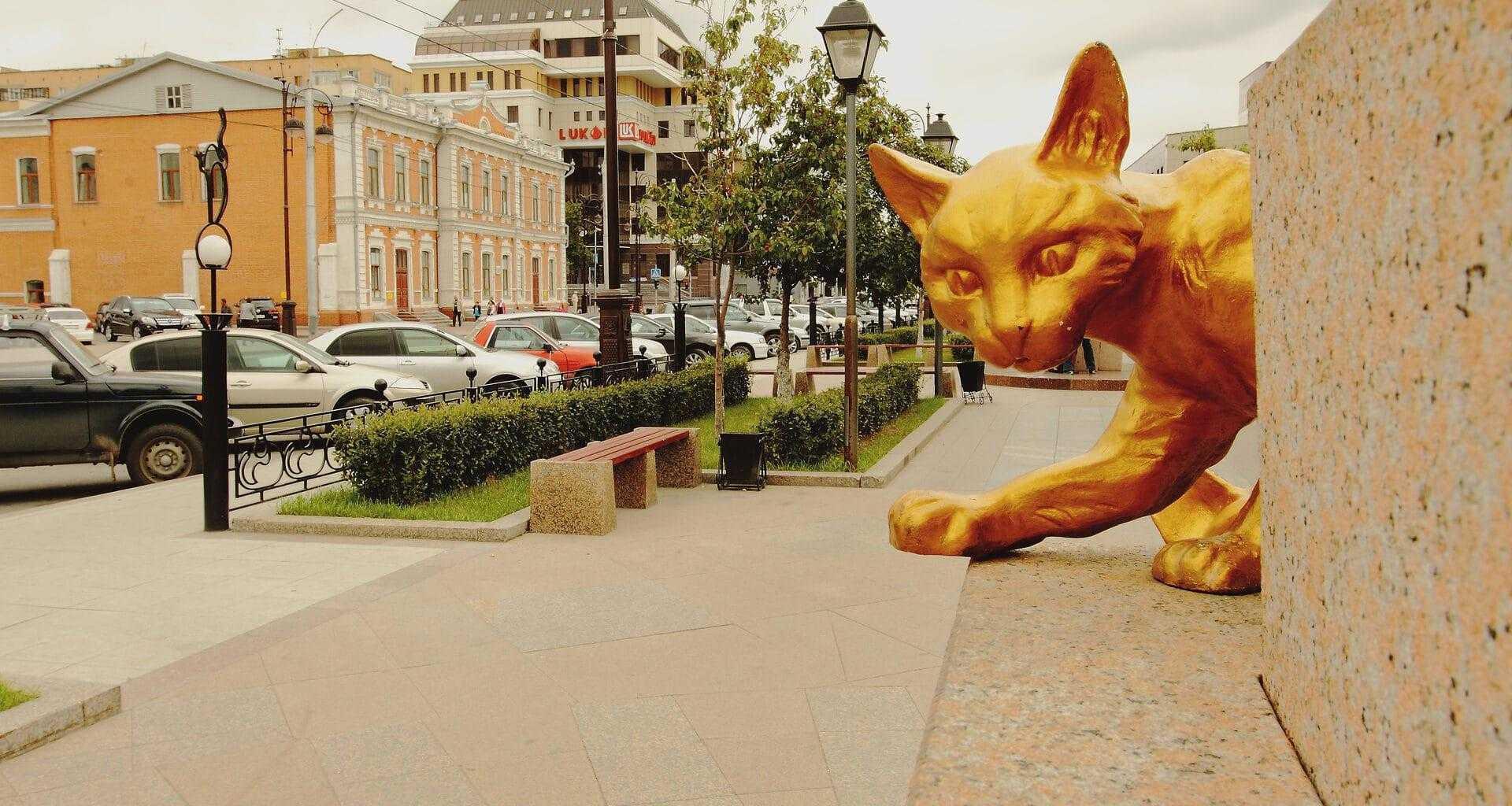 Одна из скульптур сквера сибирских кошек в Тюмени