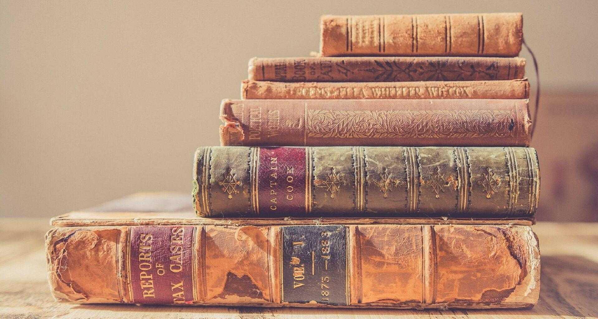Фото книги по истории лежат на столе